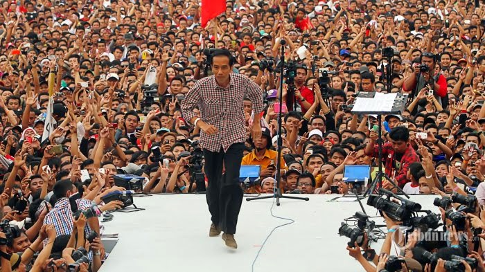 Jokowi with hundreds of thousands of supporters, the last campaign at Bung Karno Stadium, Jakarta. Image: tribunnews.com