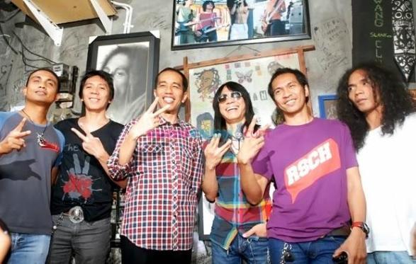 Jokowi Pictured with Rock Band Slank. Image presiden-indonesia.com