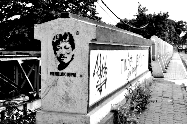 A portrait of Munir by an Indonesian Street Artist accompanied by the caption 'Menolak Lupa' (Resist Forgetting)